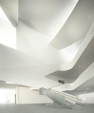 Kinder Building, Central Forum. Courtesy of Steven Holl Architects