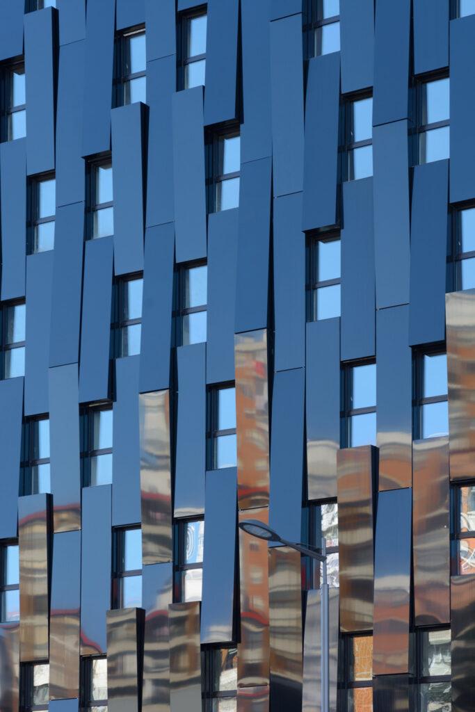The black façade of Bolueta recalls the industrial past of the city. Photo: © VArquitectos