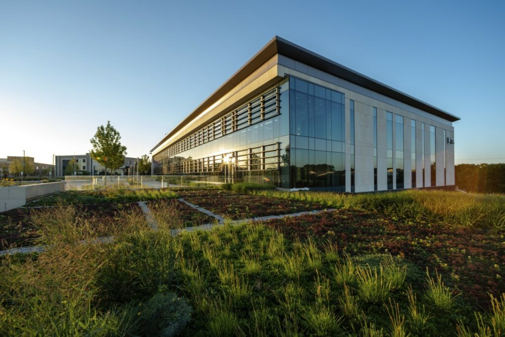The new Palos Health South Campus in the Chicago suburb of Orland Park, IL, completed by Harley Ellis Devereaux (HED) and Walsh Construction. Credit: © 2018 Thad Donovan